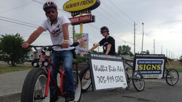 Bilboardy na bicykloch.