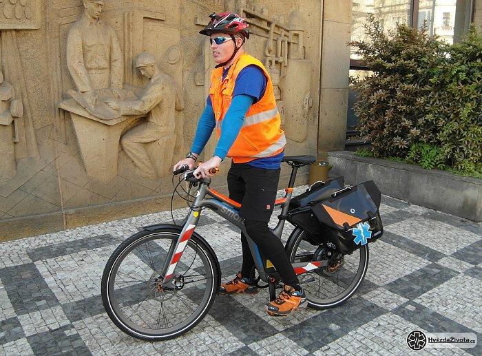 V Prahe funguje záchranka na bicykloch.