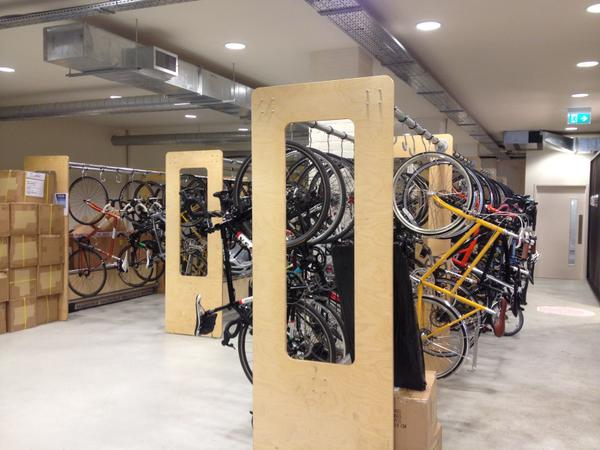 Príklad zamestnaneckého parkovania pre bicykle v Londýne.