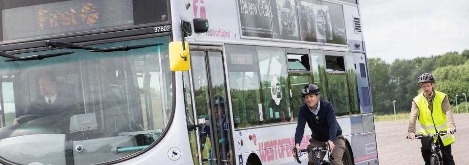 Bristol testuje technológiu upozorňujúcu autubusy na cyklistov.