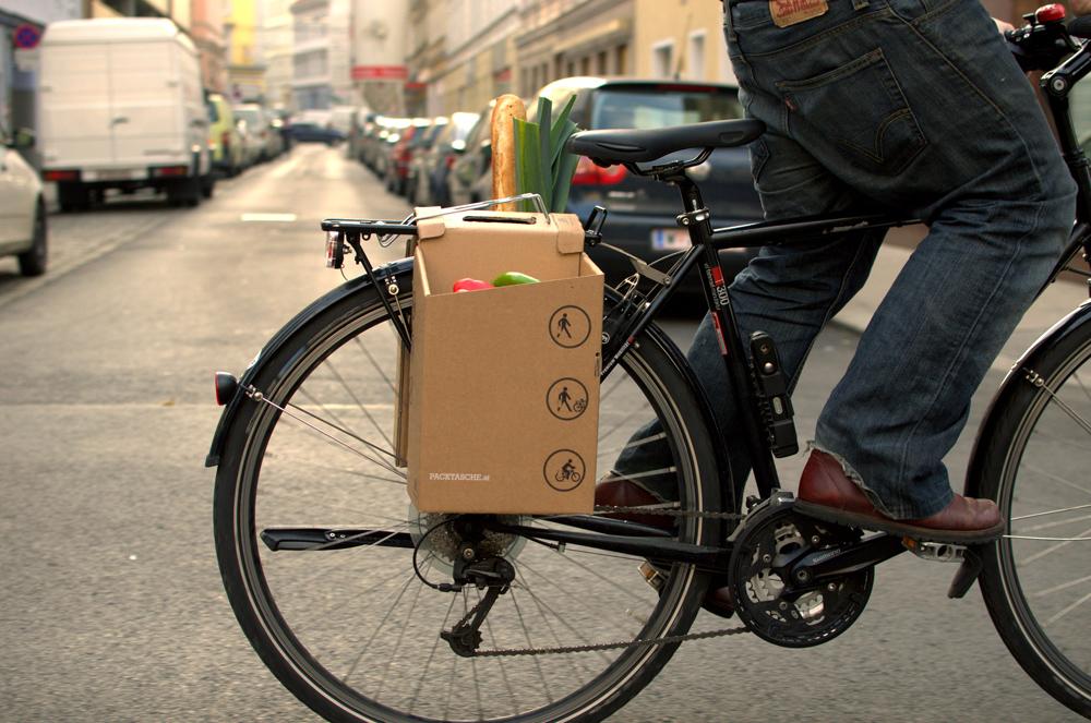 Taška z kartónu na bicykel.