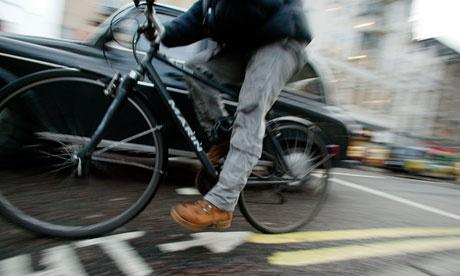 Anglické video učí inštruktorov autoškôl pochopiť ako jazdia cyklisti