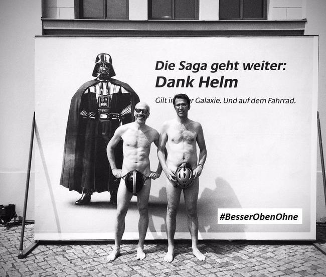 (Nemecké) hviezdne vojny o nosení prilieb na bicykel.