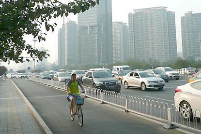 Peking stráca cyklistov, pomôcť majú Holanďania.