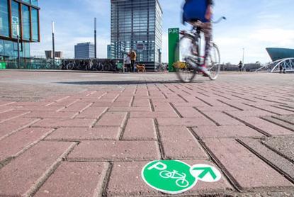 Amsterdam testuje vodorovné piktogramy na navádzanie k cykloparkoviskám.