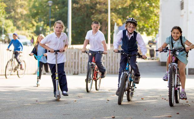Wales zapája základné školy do aktívneho dochádzania