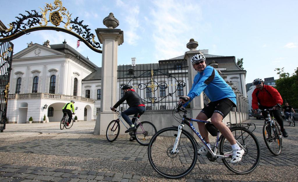 Prezident prišiel do práce na bicykli