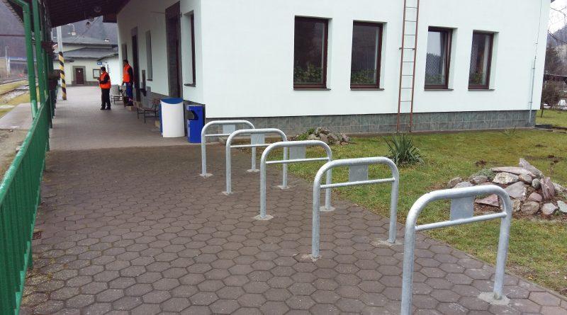 Na vlakových staniciach pribudli stojany pre bicykle