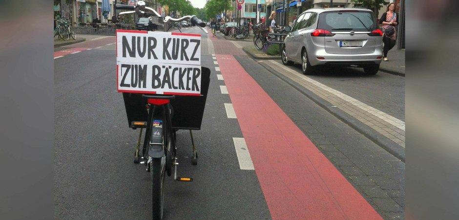 Lekcia pre vodičov v Kolíne: bicykle parkovali v pruhu pre autá