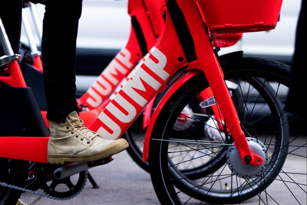 Uber chce preraziť s elektrickým bikesharingom