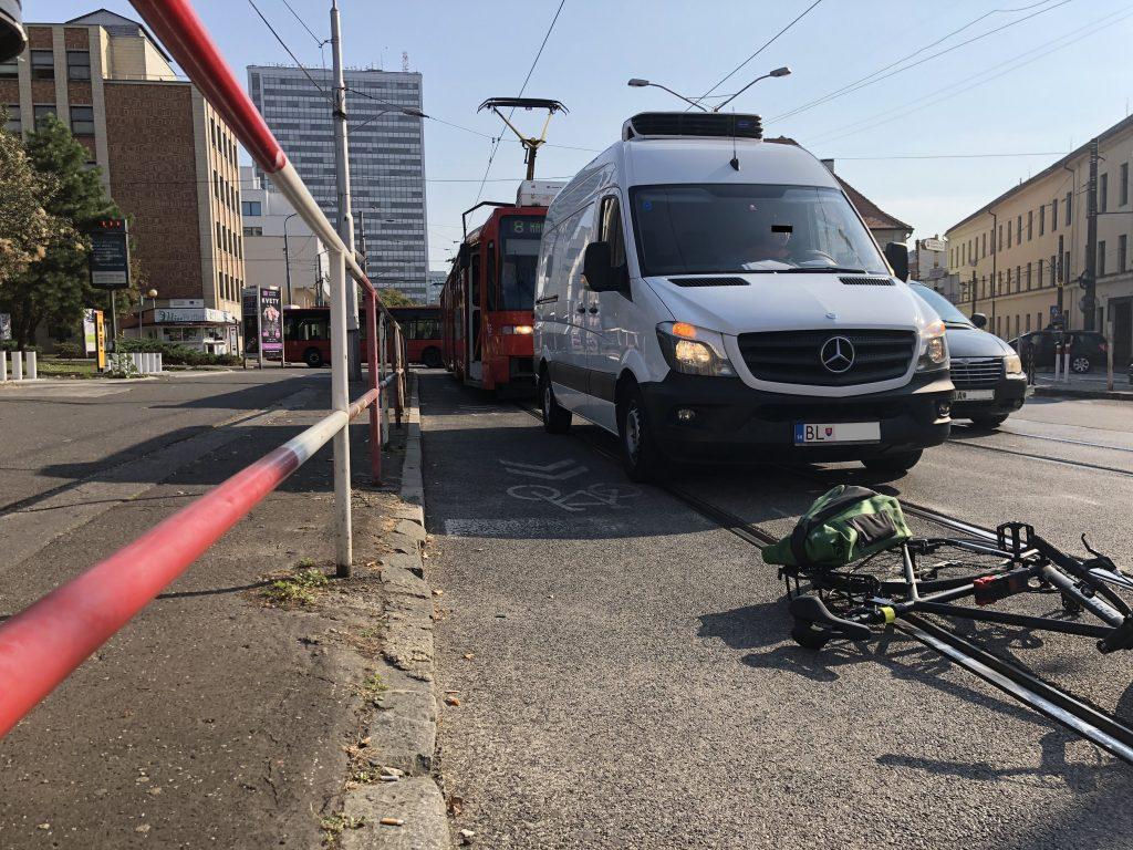 Organizácie zastupujúce cyklistov vyzývajú Políciu riešiť dodržiavanie bezpečnostného odstupu