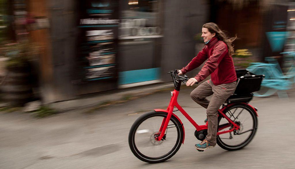 Ľudia na elektrických bicykloch jazdia viac