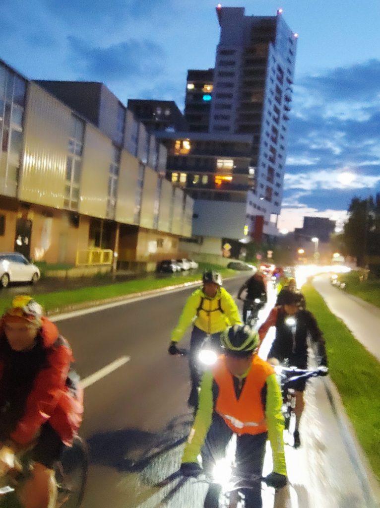 Povinné 1,5 m obiehanie cyklistu autom zase o čosi bližšie schváleniu